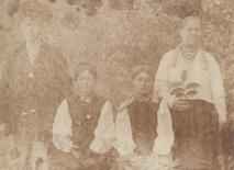 Татьянченко У.И. (вторая справа) с друзьями, нач. ХХв.